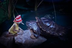 A tartaruga encontra Pinocchio e dá-lhe a chave dourada Fotografia de Stock Royalty Free