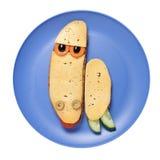 Tartaruga séria feita do pão e do queijo na placa azul Fotografia de Stock Royalty Free