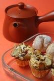 Tartas de la almendra y mini soplos poner crema. Imagen de archivo libre de regalías