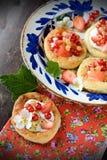 Tartas de la crema del requesón con las bayas y las frutas imagenes de archivo