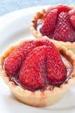 Tartas de la fresa en un plato blanco Imágenes de archivo libres de regalías