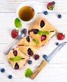 Tartas de la fruta con las bayas Imagenes de archivo