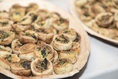 Tartas de los pasteles de las verduras pequeñas en las placas en restaurante del abastecimiento del aperitivo Foto de archivo