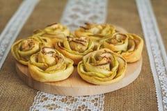 Tartas de manzanas hechas en casa sabrosas sobre fondo de la harpillera Foto de archivo libre de regalías