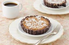 Tartas del chocolate con la crema y el café horizontales Fotos de archivo libres de regalías