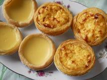Tartas del huevo del merengue y tartas portuguesas del huevo foto de archivo libre de regalías