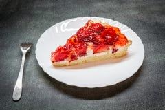 Tartas del pedazo con las fresas Imagenes de archivo