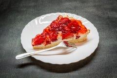 Tartas del pedazo con las fresas Fotos de archivo
