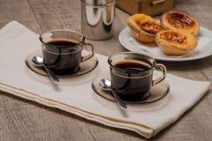 Tartas portuguesas de las natillas con café Imagenes de archivo