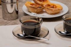 Tartas portuguesas de las natillas con café Imagen de archivo libre de regalías