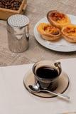 Tartas portuguesas de las natillas con café Fotografía de archivo libre de regalías