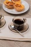 Tartas portuguesas de las natillas con café Foto de archivo
