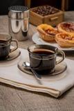 Tartas portuguesas de las natillas con café Fotos de archivo