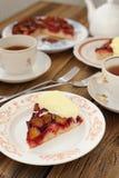 Tarte à l'envers de prune avec la glace et le thé noir Images libres de droits