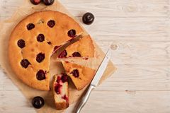 Tarte à la maison de prune sur le papier de cuisson Image libre de droits
