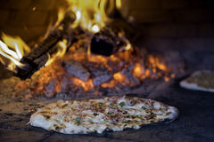 Tarte alsaziano al forno fresco Flambee (dolce della fiamma, Flammkuchen) Immagine Stock Libera da Diritti