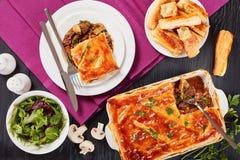 Tarte australien fraîchement cuit au four de boeuf et de champignon photographie stock libre de droits