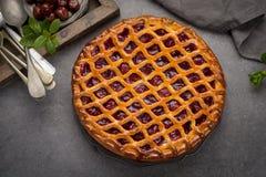 Tarte aux cerises aigre ouverte faite maison, dessert doux délicieux images libres de droits
