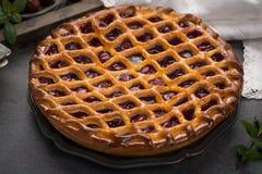 Tarte aux cerises aigre ouverte faite maison, dessert doux délicieux photos stock