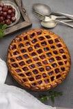 Tarte aux cerises aigre ouverte faite maison, dessert doux délicieux photo stock