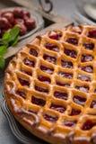 Tarte aux cerises aigre ouverte faite maison, dessert doux délicieux images stock
