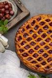 Tarte aux cerises aigre ouverte faite maison, dessert doux délicieux image stock