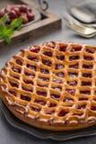 Tarte aux cerises aigre ouverte faite maison, dessert doux délicieux image libre de droits