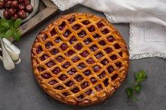 Tarte aux cerises aigre ouverte faite maison, dessert doux délicieux photographie stock