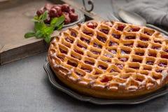 Tarte aux cerises aigre ouverte faite maison, dessert doux délicieux photographie stock libre de droits
