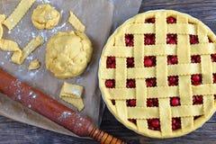Tarte aux cerises crue dans le plat de cuisson Photos libres de droits