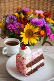Tarte aux cerises délicieuse avec du café Photo libre de droits