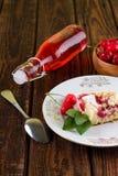 Tarte aux cerises du plat et de la cuvette blancs avec le fruit plus le verre de limonade Images stock