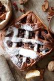 Tarte aux cerises sur la table de cuisine Photo stock