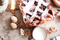 Tarte aux cerises sur la table de cuisine Photo libre de droits
