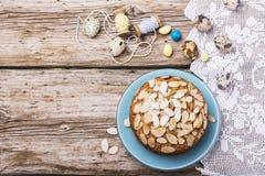 Tarte aux noix de pécan faite maison simple décorée des pétales d'amande image stock