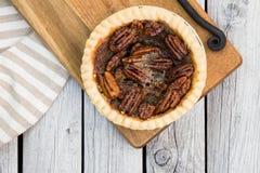 Tarte aux noix de pécan sur le fond en bois blanc, vue aérienne Menu de thanksgiving Image libre de droits