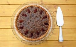 Tarte aux noix de pécan avec le serveur de tarte Photo stock