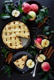 Tarte aux pommes américaine de tradition avec les pommes, la myrtille et la cannelle photo stock