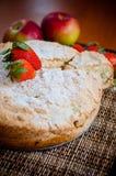 Tarte aux pommes avec des fraises Image stock