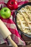 Tarte aux pommes avec des fruits frais Images libres de droits