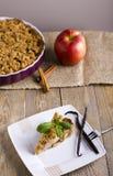 Tarte aux pommes avec la crème glacée, décorée de la vanille, de la menthe et de la cannelle sur le fond en bois Un morceau de gâ Image stock