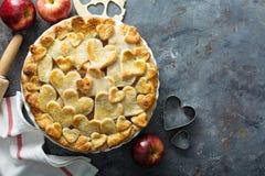Tarte aux pommes avec la croûte formée par coeurs Images stock