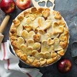 Tarte aux pommes avec la croûte formée par coeurs Photographie stock libre de droits