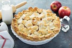 Tarte aux pommes avec la croûte formée par coeurs Photos stock