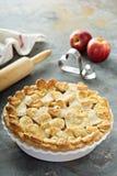 Tarte aux pommes avec la croûte formée par coeurs Photo stock