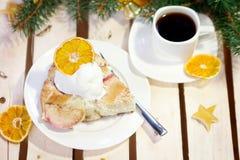 Tarte aux pommes avec la glace et le café sur la table en bois décorée pendant la nouvelle année Photos stock