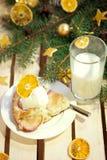 Tarte aux pommes avec la glace et le lait Photographie stock