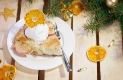 Tarte aux pommes avec la glace sur la table en bois décorée pendant la nouvelle année Photos stock
