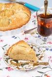 Tarte aux pommes avec la tasse de thé Images stock