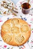 Tarte aux pommes avec la tasse de thé Image stock